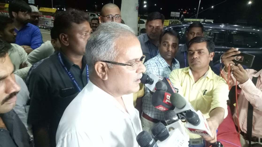 Photo of CWC की बैठक में शामिल होने CM भूपेश दिल्ली रवाना, रमन सिंह के बयान पर किया पलटवार, कहा- उनको बेटे और दामाद की चिंता ज्यादा…